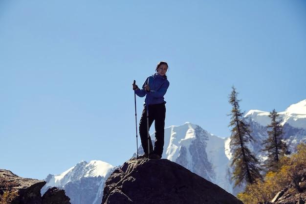 アルタイ山脈の山頂を征服する勇敢な少女。雄大な自然