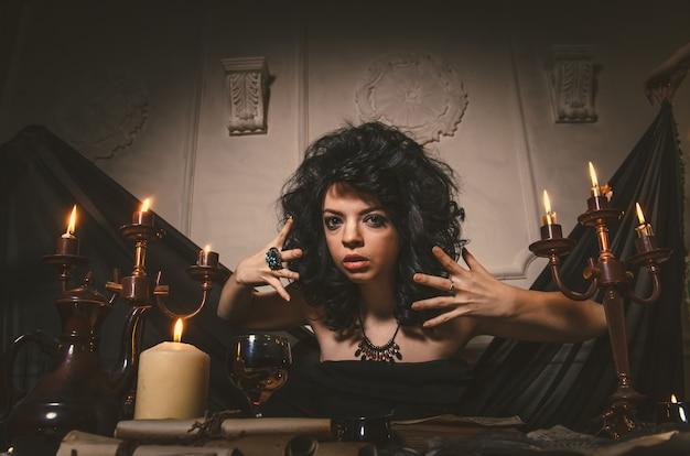 女性占い師は夜のテーブルの運命を推測