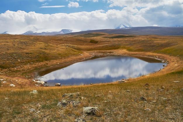 草原の小さな湖は、山々の間に落ちます。アルタイのウコク高原