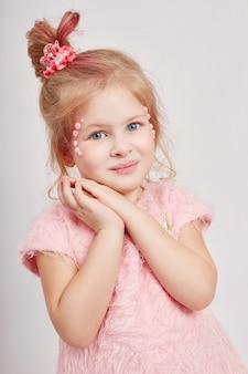 美しさの肖像画の女の子の自然なきれいな肌、化粧品、子供のための化粧。女の子の笑顔