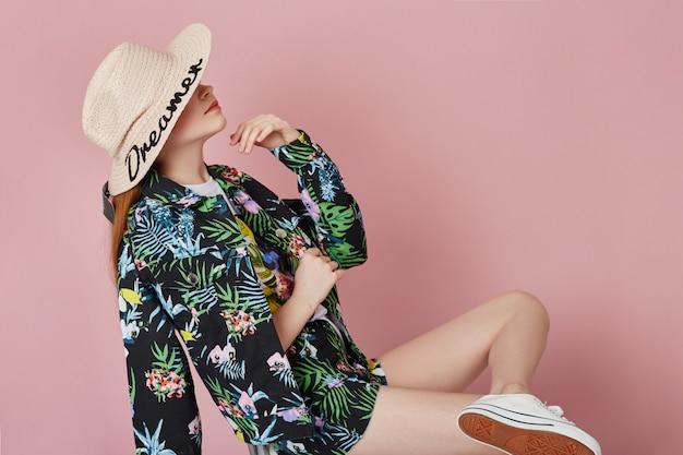 Мода девушка в стильной одежде на фоне цветных стен. осенняя яркая одежда на детей
