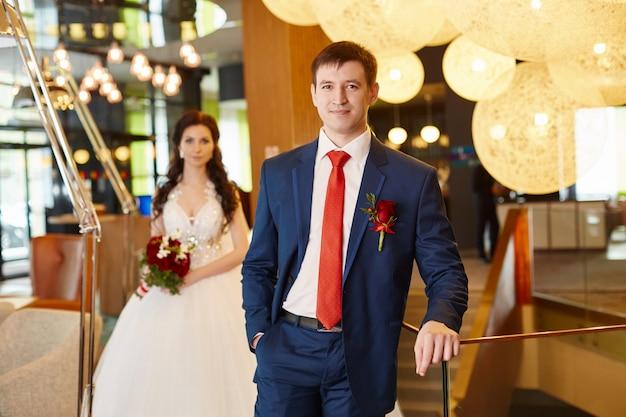 結婚式場で新郎新婦の肖像画。愛情のあるカップル、夫と妻