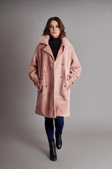 Женщина весной, осеннее пальто мода на сером