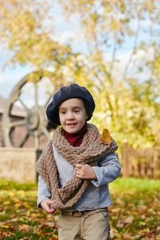 レトロな秋春服の子供の赤ちゃん。