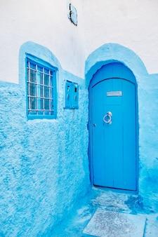 モロッコのシャウエンの青い都市の青いドアの美しい多様なセット