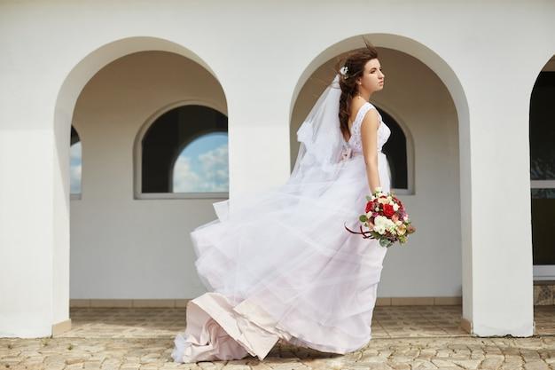 彼女の手に花の花束を持つ花嫁