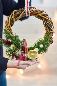 自分の手でクリスマスの装飾のメーカー。