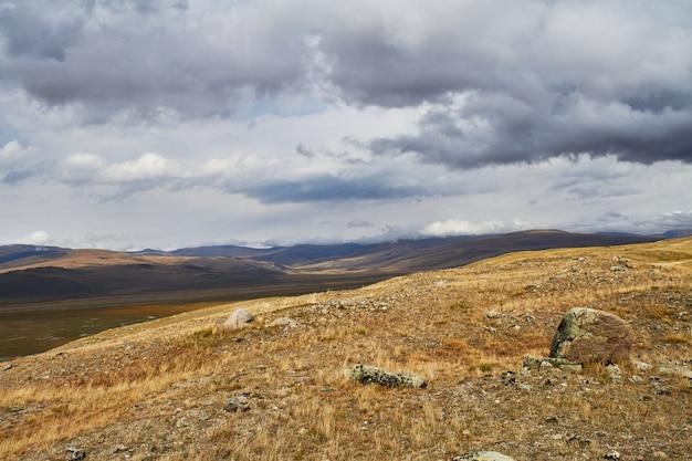 草原の上空の雲、丘の上の嵐雲。アルタイのウコク高原。素晴らしい寒い風景。誰でも