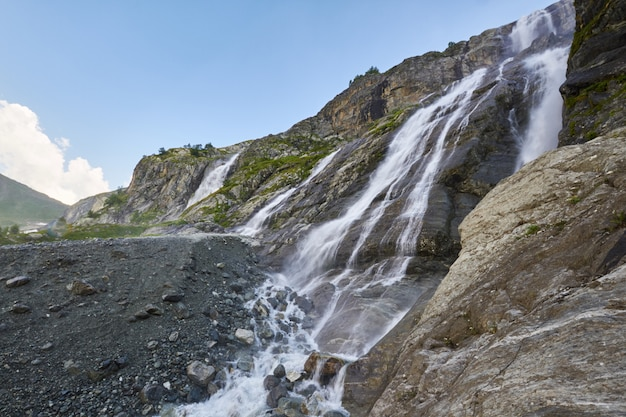 ソフィアの滝、溶けた氷河の尾根アルヒズのコーカサス山脈の滝。ロシアの美しい高山、純粋な氷水の川。山の夏、ハイキング