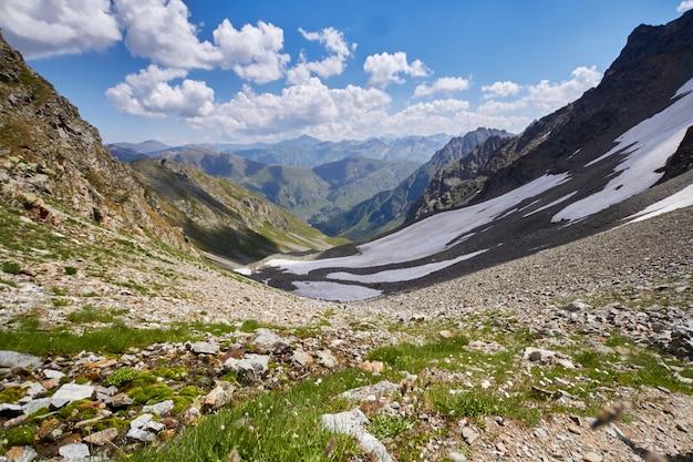 コーカサス山脈の山々は、アルヒズ山脈、ソフィア湖、登山、ハイキング、ハイキングです。夏のコーカサスの素晴らしい山々。大きな滝と深い青色の湖。屋外レクリエーション