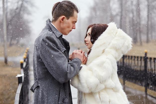 愛のカップルの抱擁と秋のキス