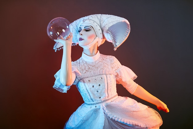 サーカスのパフォーマーのマジシャンがシャボン玉でトリックを披露します。女性と少女がショーでサーカスのシャボン玉を膨らませます。 、