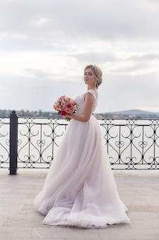 結婚式前に新郎を待っている花嫁ブーケ花