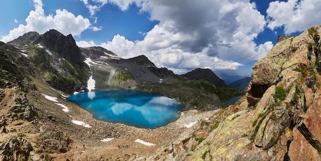 Панорамные фотографии весенней долины кавказских гор архыз, россия. сказочный рассвет