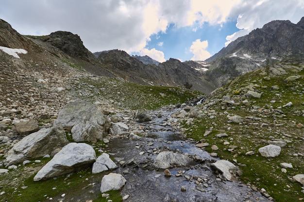 Утро в горах, сказочный пейзаж гор кавказа. поход в поход