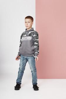 スタイリッシュな服のファッション少年。子供たちの秋の明るい服