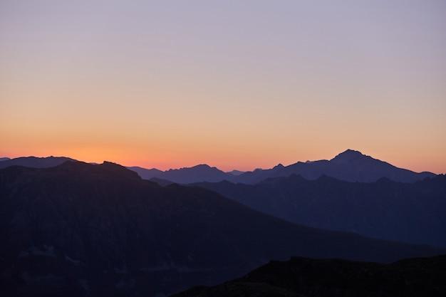 山の朝、コーカサス山脈の素晴らしい風景。ハイキング