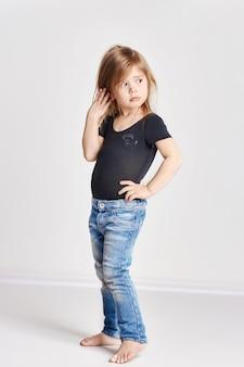 赤い髪、美しい長い髪の小さな女児。喜びと楽しみ