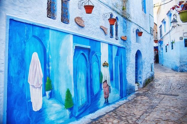 モロッコの青い都市シャウエン、青く塗られた市場通り。