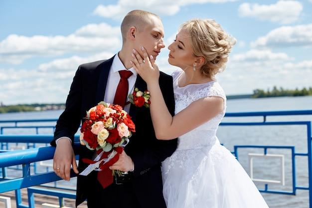美しい愛情のある結婚式のカップル