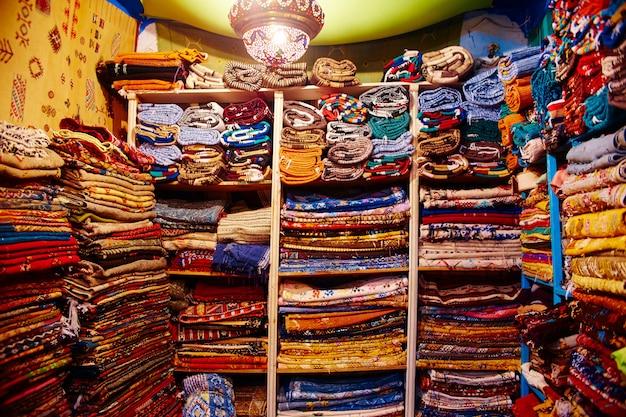Много разных сувениров и подарков на улицах