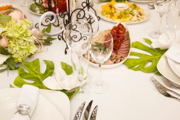 Сервировочный ужин, свадебный пир. красиво оформленный декор и вкусная еда. свадебный стол