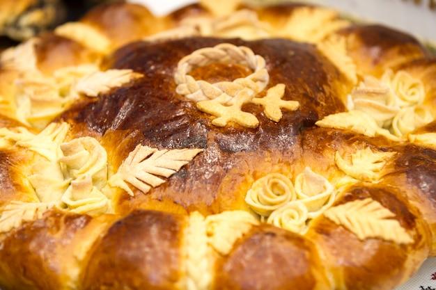 Вкусные домашние свежие пирожные на столе в мисках.