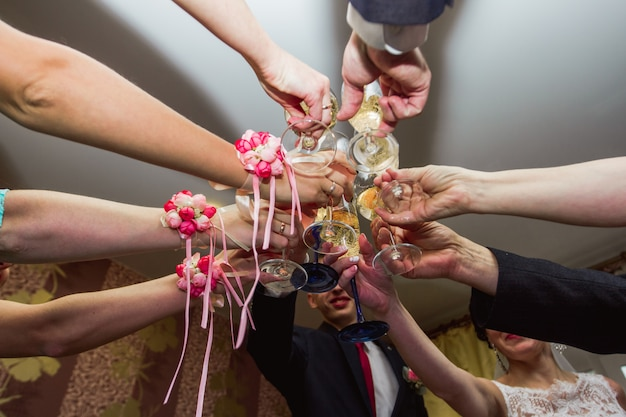 結婚式でのメガネのチャリンという音。シャンパンを飲む結婚式のゲスト