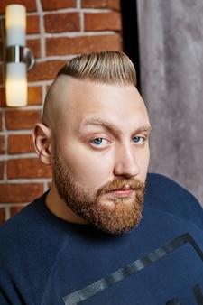 現代の男性ヒップスターのヘアカット、長い髪を持つ男性に最適なヘアスタイル。