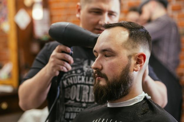 Парикмахерская, мужчина с бородой, парикмахерская.