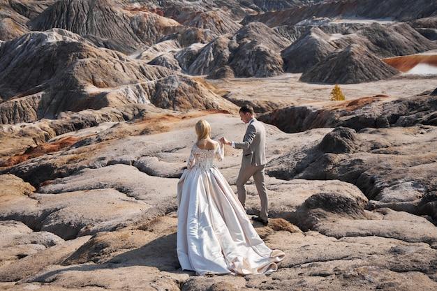 Красивая влюбленная пара на сказочном пейзаже