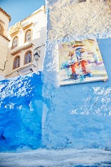 青く塗られた市場通り