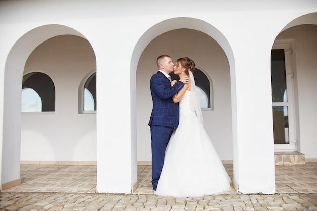 新婚の抱擁とキス