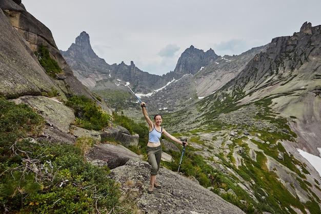 Сказочные горы и озера, путешествия и походы, пышная зелень и цветы вокруг. талая родниковая вода с гор. волшебные виды высоких гор, альпийских лугов