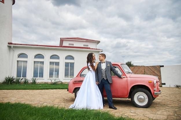 Свадьба влюбленной пары на природе на маяке.