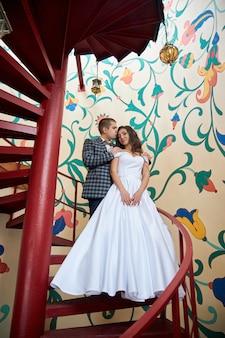 Свадьба влюбленной пары на природе на маяке. объятия и поцелуи жениха и невесты