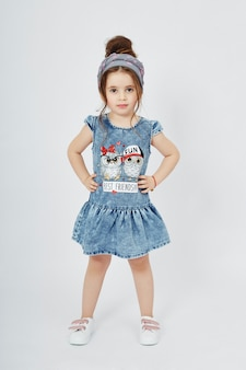 ファッションの子供たちは、春のデニムの服を着てポーズします。喜びと楽しみ。ジーンズ