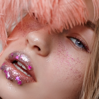 広告メイク美しいふっくら唇明るいピンク色、女性のルックス、美容室。広告フェイスケア、完璧な唇、ファッション美容メイクや化粧品
