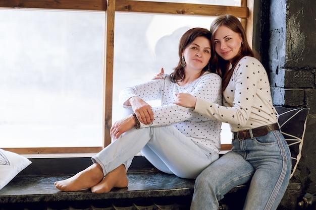 美しい女性と娘、自信を持って成功した女性が娘とポーズします。複合体のない大人の女性とサイズ。