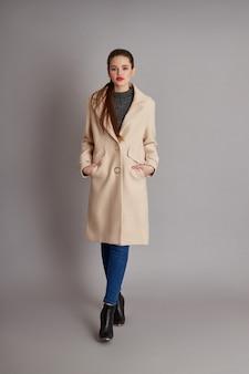 Женщина весной, осеннее пальто модная одежда