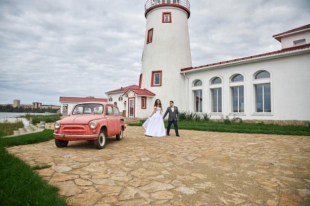 灯台で自然の中で愛のカップルの結婚式。新郎新婦の抱擁とキス