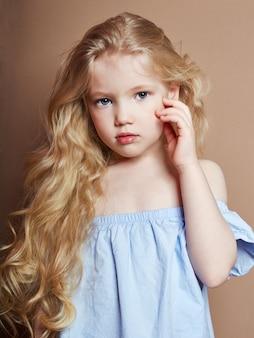 美しい小さな女の子金髪巻き毛、明るい