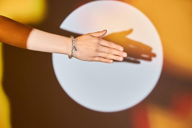 Красивый браслет на женской руке.