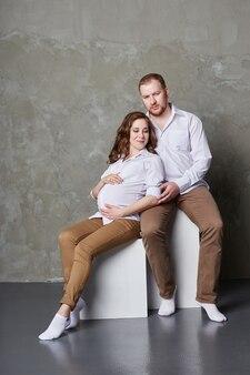 愛情のある夫と妻が赤ちゃんを待っています