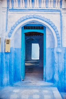 青い街の青い扉の美しい多様なセット