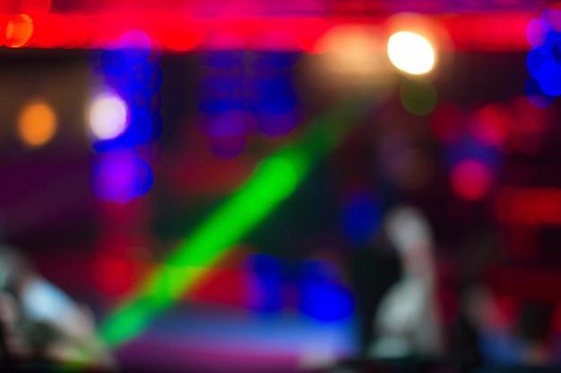 夜のクラブで踊る人々の背景をぼかした写真