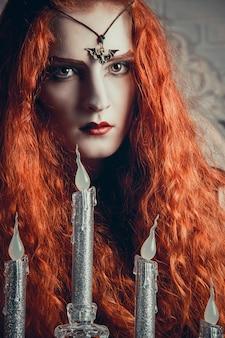 ハロウィーンの女性魔女が祭りの準備をしています