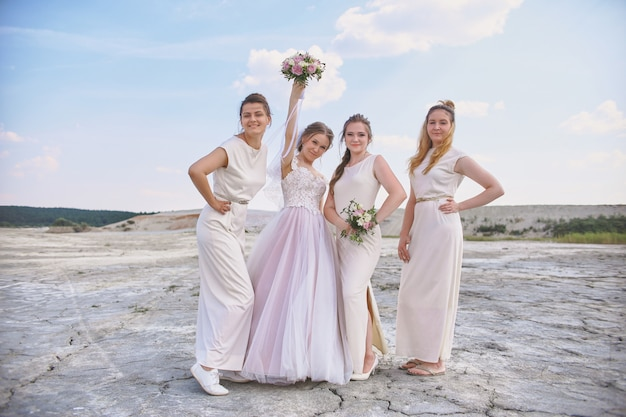 幸せな花嫁とブライドメイドのポーズ