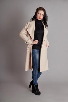 Мода девушка весеннее пальто весенняя одежда. яркое пальто