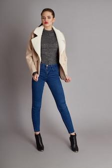 Женщина в весеннем осеннем пальто модная весенняя одежда